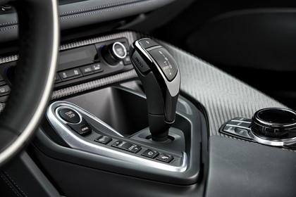 BMW i8 Innenansicht Mittelkonsole statisch Carbon