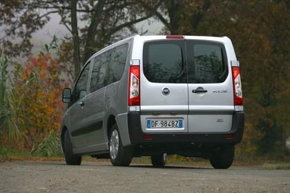 Fiat Scudo Kombi 270 Aussenansicht Heck schräg statisch silber
