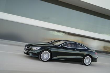 Mercedes-Benz S-Klasse Coupé C217 Aussenansicht Seite schräg dynamisch grün