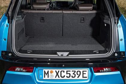 BMW i3 Aussenansicht Heck Kofferraum geöffnet statisch blau