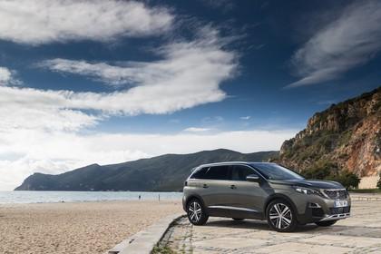 Peugeot 5008 SUV Aussenansicht Seite schräg statisch grau