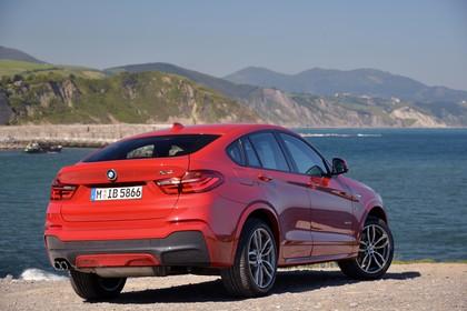 BMW X4 Aussenansicht Heck schräg statisch rot