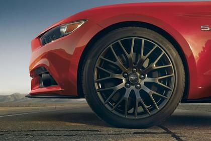 Ford Mustang Coupe LAE Aussenansicht Seite statisch Detail Rad vorne links rot