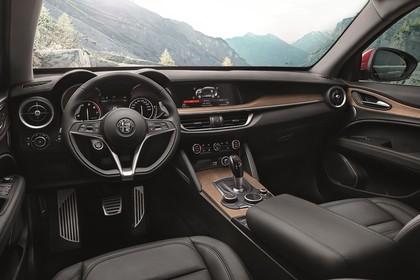 Alfa Romeo Stelvio 949 Innenansicht statisch Vordersitze und Armaturenbrett fahrerseitig