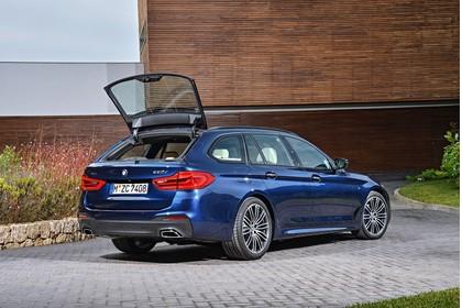 BMW 5er G31 Touring Aussenansicht Heck schräg Heckscheibe geöffnet statisch blau