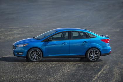 Ford Focus MK3 Stufenheck Aussenansicht Seite statisch blau