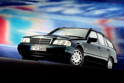 Mercedes-Benz C-Klasse T-Modell S202 Aussenansicht Front schräg statisch grün