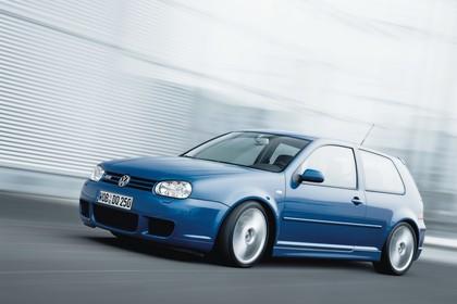 VW Golf 4 R32 Dreitürer Aussenansicht Seite schräg dynamisch blau