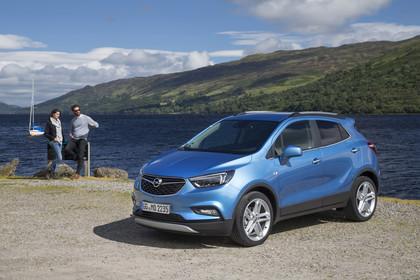 Opel Mokka X Aussenansicht Front schräg statisch blau