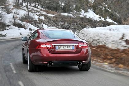 Jaguar XK Coupé X150 Aussenansicht Heck dynamisch rot