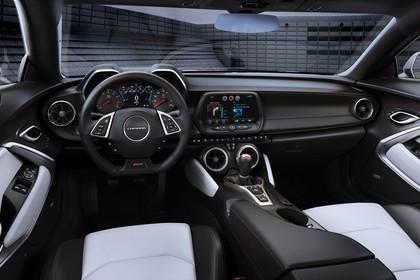 Chevrolet Camaro SS Cabrio Innenansicht statisch Vordersitze und Armaturenbrett fahrerseitig