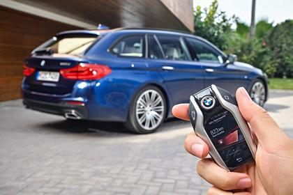 BMW 5er G31 Touring Aussenansicht Heck schräg mit Smart Key statisch blau