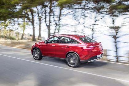 Mercedes-Benz GLE Coupe C292 Aussenansicht Seite schräg dynamisch rot