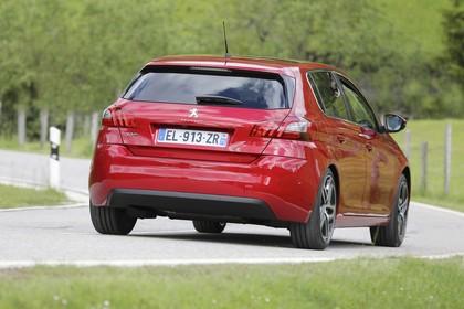 Peugeot 308 T9 Aussenansicht Heck schräg dynamisch rot