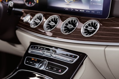 Mercedes E-Klasse Coupé C238 Innenansicht Detail Lüftungsdüsen statisch weiß braun
