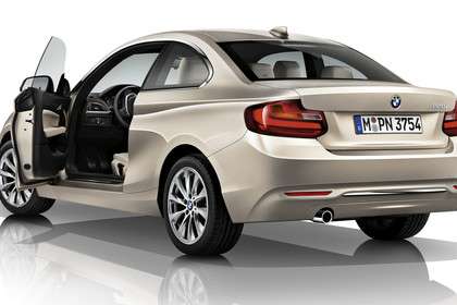 BMW 2er Coupe F22 Aussenansicht Heck schräg Tür offen Studio statisch champagner