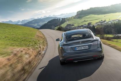 Tesla Model S Aussenansicht Heck dynamisch grau