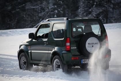 Suzuki Jimny FJ Aussenansicht Heck schräg dynamisch grün