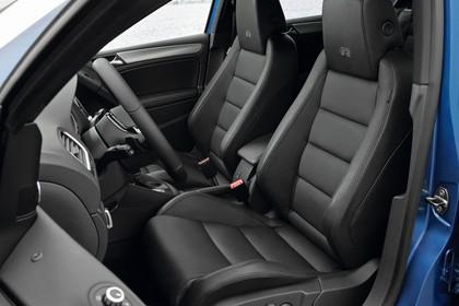 VW Golf 6 R Fünftürer Innenansicht statisch Lenkrad und Vordersitze fahrerseitig