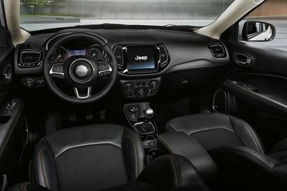 Jeep Compass Innenansicht statisch Studio Vordersitze und Armaturenbrett fahrerseitig