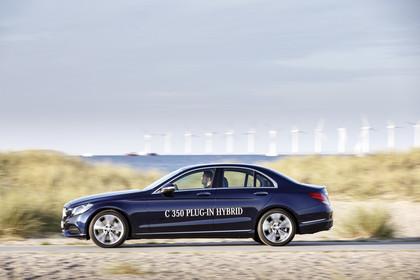 Mercedes C-Klasse W205 C350 Plug-in Hybrid Aussenansicht Seite dynamisch blau