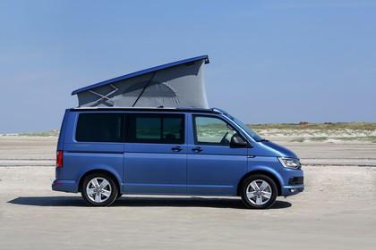 VW T6 Aussenansicht Seite Aufstelldach geöffnet statisch blau