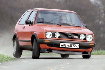 VW Golf 2 GTI Aussenansicht Front schräg dynamisch rot