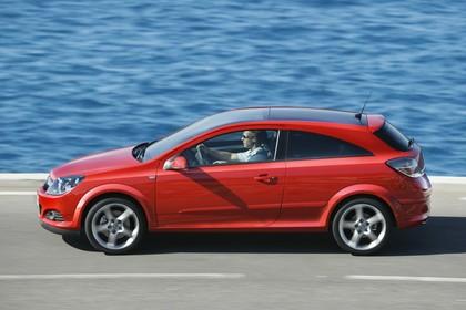 Opel Astra GTC 3Türer Aussenansicht Seite dynamisch rot