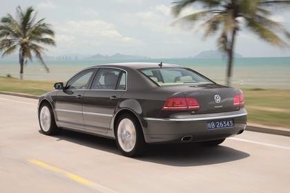 VW Phaeton 3D Facelift Aussenansicht Heck schräg dynamisch grau