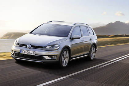 VW Golf 7 Alltrack Variant Aussenansicht Front schräg dynamisch silber