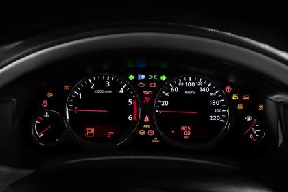 Nissan Pathfinder R51 Innenansicht Detail Tacho statisch schwarz