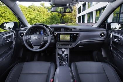 Toyota Auris Touring Sports E18 Innenansicht statisch Vordersitze und Armaturenbrett