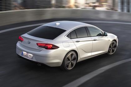 Opel Insignia B Grand Sport Aussenansicht Heck schräg dynamisch weiss