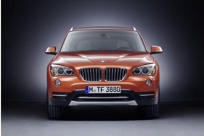 BMW X1 E84 LCI Aussenansicht Front statisch Studio orange