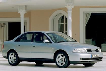 Audi A4 Limousine B5 Aussenansicht Seite schräg statisch silber