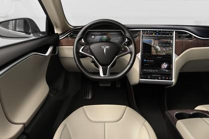 Tesla Model S Innenansicht statisch Studio Vordersitze und Armaturenbrett fahrerseitig
