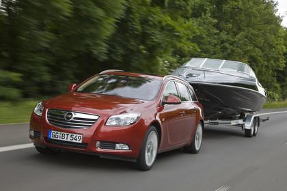 Opel Insignia G09 Sports Tourer Aussenansicht Front schräg mit Bootstrailer dynamisch rot