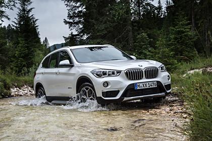 BMW X1 F48 Facelift Aussenansicht Front schräg dynamisch weiss