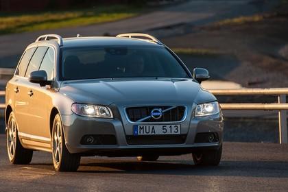 Volvo V70 Aussenansicht Front schräg statisch hellbaun