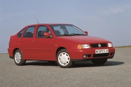 VW Polo 3 Limousine 6N Aussenansicht Front schräg statisch rot