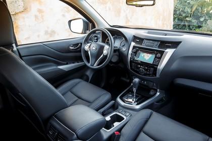 Nissan Navara Double-Cab D231 Innenansicht statisch Vordersitze und Armaturenbrett beifahrerseitig