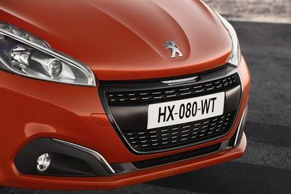 Peugeot 208 A9 Aussenansicht Front schräg statisch Detail Scheinwerfer Nebelscheinwerfer und Grill