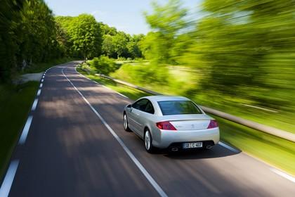 Peugeot 407 Coupé 6 Aussenansicht Heck schräg erhöht dynamisch silber