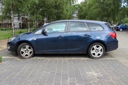 Opel Astra J Sports Tourer Aussenansicht Seite statisch blau
