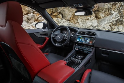 Jaguar F-Pace X761 Innenansicht statisch Vordersitze und Armaturenbrett beifahrerseitig
