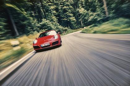 Porsche 911 Carrera S 991.2 Aussenansicht Front dynamisch rot