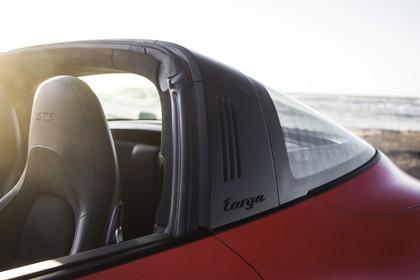 Porsche 911 Targa 4 GTS 991.2 Aussenansicht Seite schräg statisch Detail B-Säule mit Targa Schriftzug
