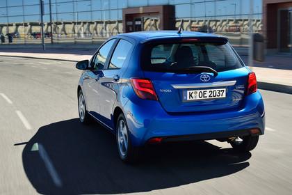 Toyota Yaris (XP13) Aussenansicht Heck schräg dynamsich blau