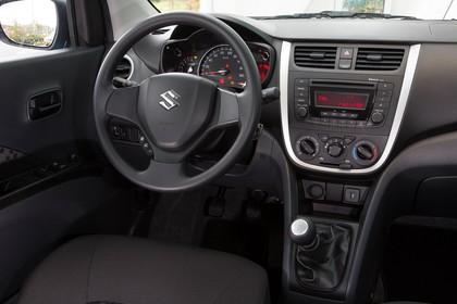 Suzuki Celerio Innenansicht statisch Vordersitze und Armaturenbrett beifahrerseitig