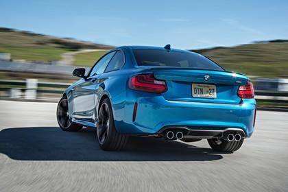 BMW 2er M2 Coupe F87 Aussenansicht Heck schräg dynamisch blau